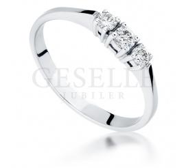 Retro pierścionek z białego złota z 3 brylantami o łącznej masie 0,18 ct