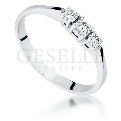 Retro pierścionek z białego złota z 3 brylantami o łącznej masie 0.18 ct