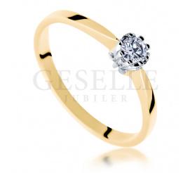Złoty pierścionek zaręczynowy z brylantem 0.10 ct i oprawą w kształcie motyla