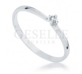 Esencja delikatności i prostoty - pierścionek zaręczynowy z białego złota próby 585 z brylantem 0.04 ct
