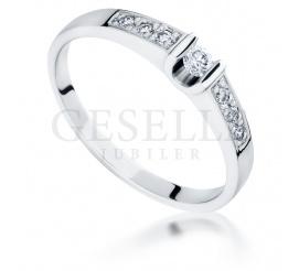 Olśniewający pierścionek zaręczynowy z kolekcji vintage - białe złoto i brylanty o łącznej masie 0.17 ct