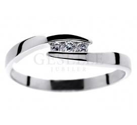 Delikatny pierścionek zaręczynowy z białego kruszcu z trzema brylantami