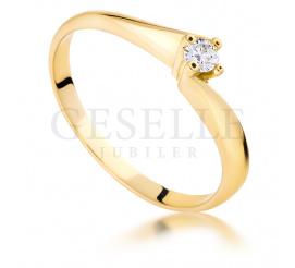 Zaręczynowy, złoty pierścionek z brylantem o masie 0.09 ct w czterech łapkach