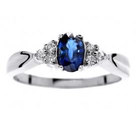 Cieszący się popularnością pierścionek zaręczynowy z owalnym szafirem i brylantami z białego złota