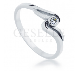 Niezwykły, romantyczny pierścionek z białego kruszcu z lsniącym brylantem o masie 0,05 ct