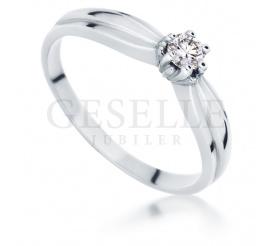 Pełen blasku i piękna pierścionek zaręczynowy z białego złota 585 z wiecznym brylantem 0.15 ct
