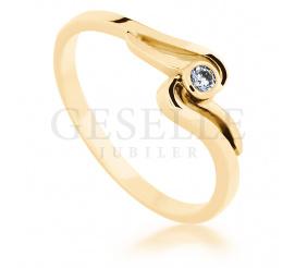 Oryginalny pierścionek z żółtego, klasycznego kruszcu pr. 585 z delikatnym brylantem 0.05 ct