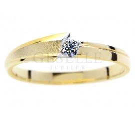 Nowoczesny, matowy pierścionek na zaręczyny z żółtego złota 14K z brylantem o masie 0,07 ct