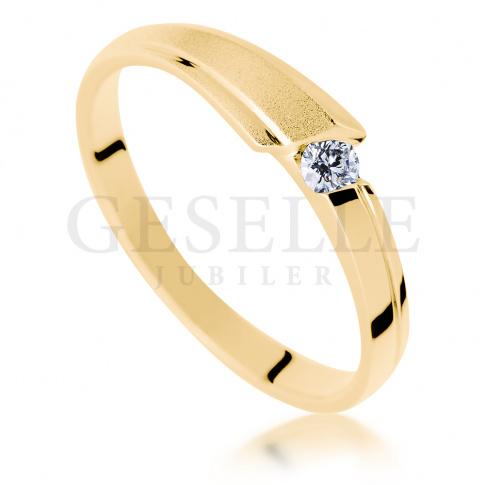 Nowoczesny, matowy pierścionek na zaręczyny z żółtego złota z brylantem o masie 0.07 ct