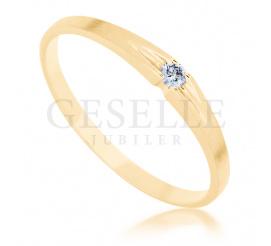 Subtelny pierścionek z żółtego złota 14K z brylantem o masie 0.03 ct - doskonały na zaręczyny