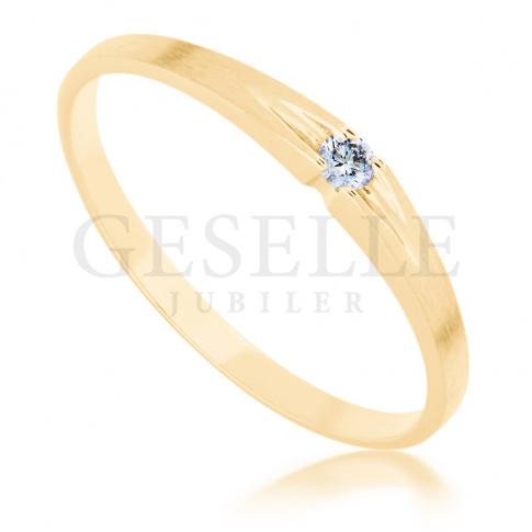 Subtelny pierścionek z żółtego złota z brylantem o masie 0.03 ct - doskonały na zaręczyny
