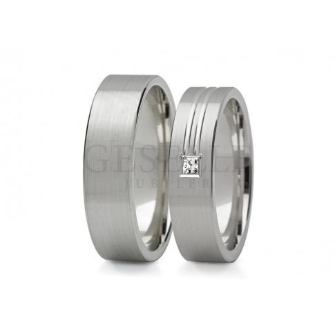 Solidna para obrączek weselnych z białego złota z romantyczną linią i cyrkonią Swarovski ELEMENTS