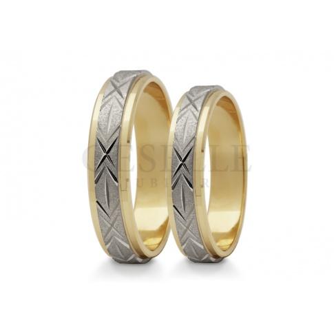 Dwukolorowe obrączki ślubne środek zdobi obręcz z białego złota pokryta efektownym wzorem