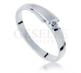 W nowoczesnym stylu - pierścionek zaręczynowy z białego kruszcu z brylantem 0.07 ct