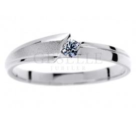 W nowoczesnym stylu - pierścionek zaręczynowy z białego kruszcu z brylantem 0,07 ct