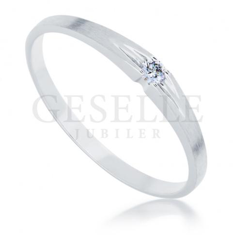Delikatny pierścionek z białego złota z lśniącym brylantem o masie 0.03 ct