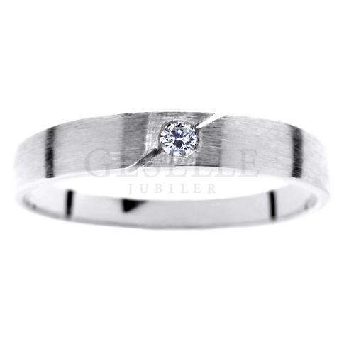 Prosty i delikatny pierścionek z białego złota z brylantem 0.03 ct