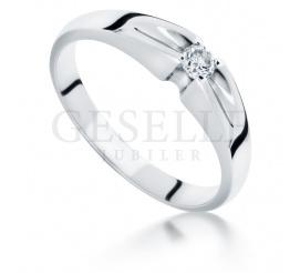 Magiczny w swej prostocie pierścionek na zaręczyny z białego kruszcu 14K z brylantem 0,08 ct