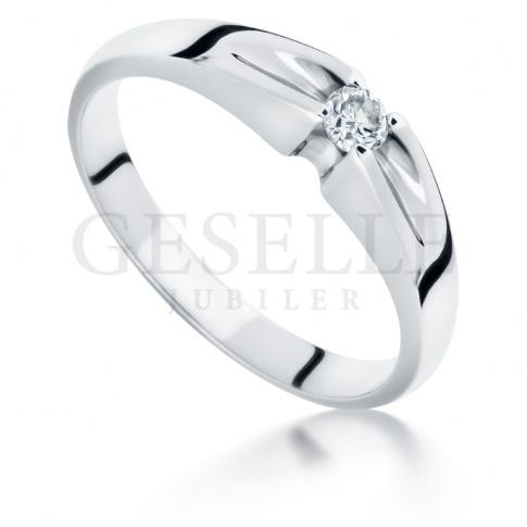 Magiczny w swej prostocie pierścionek na zaręczyny z białego kruszcu z brylantem 0.08 ct