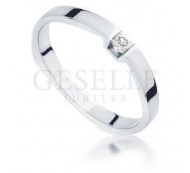 Elegancki pierścionek z białego kruszcu z brylantem 0,06 ct - idealny na zaręczyny