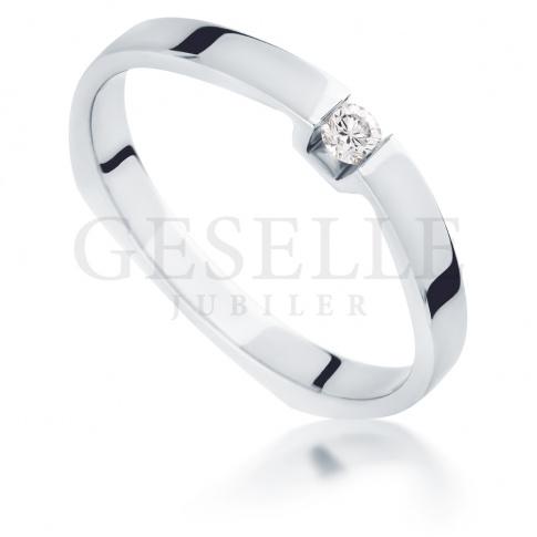 Elegancki pierścionek z białego kruszcu z brylantem 0.06 ct - idealny na zaręczyny