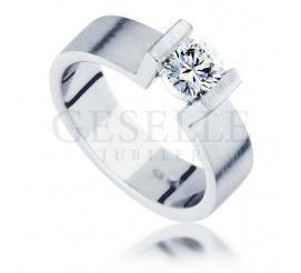 Niezwykły pierścionek zaręczynowy z białego, matowego złota 14K z brylantem o masie 0.45 ct