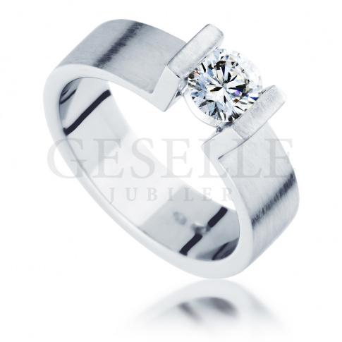 Niezwykły pierścionek zaręczynowy z białego, matowego złota z brylantem o masie 0.40 ct