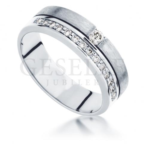 Elegancki pierścionek zaręczynowy z 15 brylantami o masie 0.21 ct