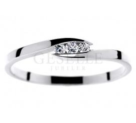 Delikatny i elegancki pierścionek z białego złota próby 585 z trzema brylantami