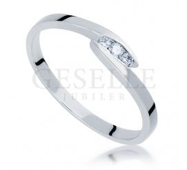 Delikatny i elegancki pierścionek z białego złota próby 585 z trzema brylantami 0.06 ct