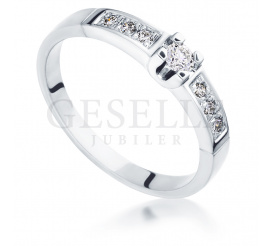 Bogaty pierścionek zaręczynowy z białego złota z brylantami  0,18 ct