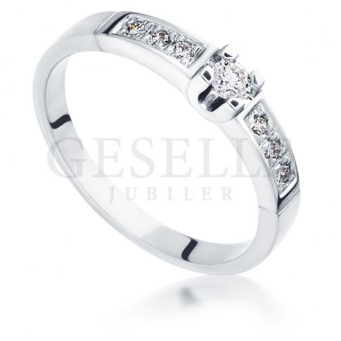 Bogaty pierścionek zaręczynowy z białego złota z brylantami 0.18 ct