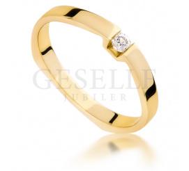 Nowoczesny pierścionek na oświadczyny: żółte złoto 14K i brylant o masie 0.06 ct - niezwykła oprawa od GESELLE Jubiler