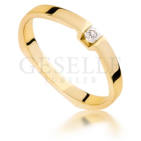 Nowoczesny pierścionek na oświadczyny: żółte złoto i brylant o masie 0.06 ct - niezwykła oprawa
