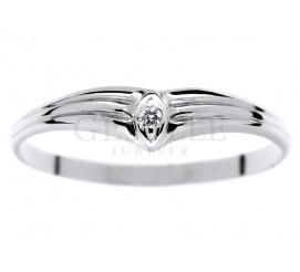 Pełen ujmującej delikatności pierścionek z białego złota z brylantem 0.01 ct - nie tylko na zaręczyny!