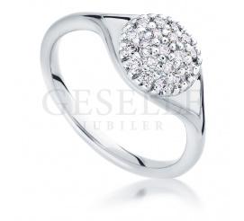 Fantastyczny pierścionek zaręczynowy z białego złota z dwudziestoma brylantami o łącznej masie 0,30 ct