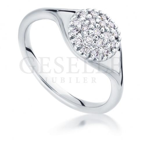 Fantastyczny pierścionek zaręczynowy z białego złota z dwudziestoma brylantami o łącznej masie 0.30 ct
