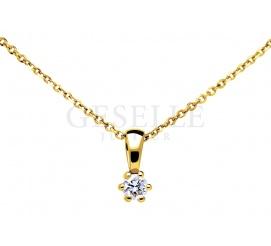 Pełna elegancji klasyczna zawieszka z żółtego złota z brylantem o masie 0,06 ct