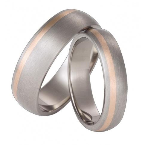 W nowoczesnym stylu - srebrzyste obrączki ślubne z tytanu z delikatną linią z czerwonego kruszcu
