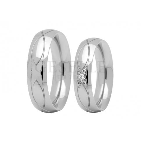 Romantyczne i delikatne - obrączki ślubne z białego złota z lśniącą na szynie cyrkonią