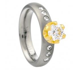 Pierścionek pełen blasku: wyjątkowe połączenie tytanu, żółtego złota i lśniących cyrkonii