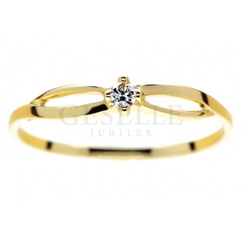 Subtelny pierścionek zaręczynowy z żółtego złota z brylantem o masie 0.04 ct