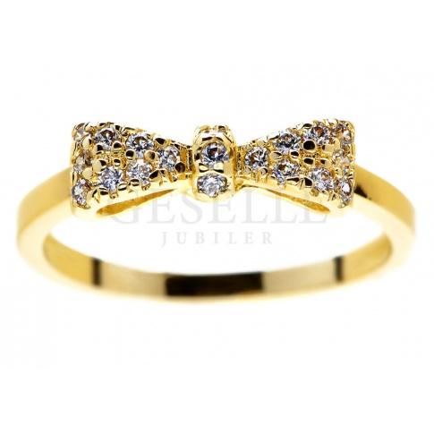 Kobieca ozdoba z żółego złota: -pierścionek zaręczynowy - kokardka z mieniącymi się brylantami