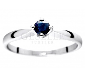 Niezwykle romantyczny i delikatny pierścionek zaręczynowy z białego złota z okrągłym szafirem