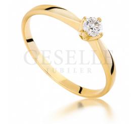 Najmodniejszy złoty pierścionek zaręczynowy z brylantem 0.14 ct