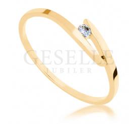 Elegancki pierścionek zaręczynowy w klasycznym stylu z żółtego złota 14K z brylantem 0.04 ct