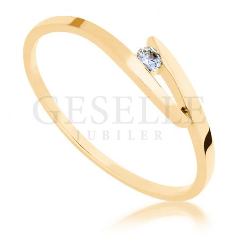 Elegancki pierścionek zaręczynowy w klasycznym stylu z żółtego złota z brylantem 0.04 ct