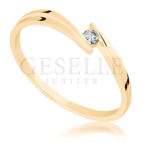 Subtelny pierścionek zaręczynowy z żółtego złota z brylantem 0.03 ct