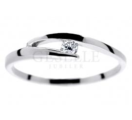 Delikatny pierścionek zaręczynowy z białego kruszcu próby 585 z oprawionym brylantem o masie 0,04 ct