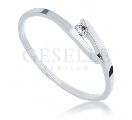 Delikatny pierścionek zaręczynowy z białego kruszcu próby 585 z oprawionym brylantem o masie 0.04 ct